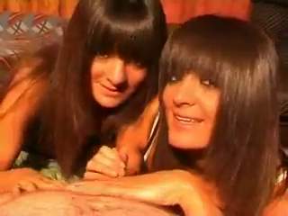Две азербайджанские девушки сильно сосут